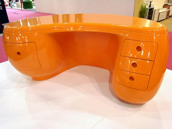 Boomerang desk un escritorio hecho de pl stico arkihome for Muebles contemporaneos argentina